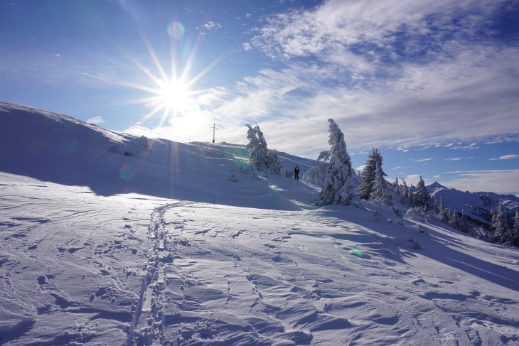 Am baumfreien Gipfelplateau in der angenehmen Sonne und bei nur relativ wenig Wind ...