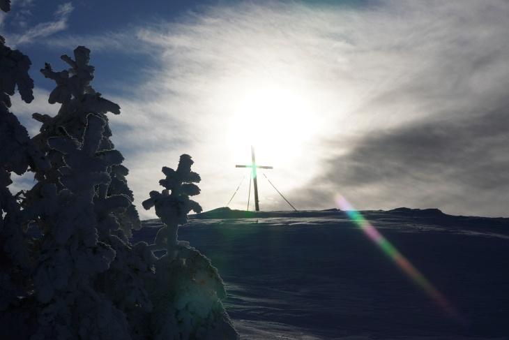 ... zum hohen Gipfelkreuz am Kochofen