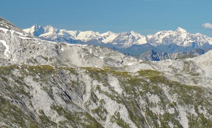 Klare Sicht bis in die Hohen Tauern um Großglockner (links) und Gr. Wiesbachhorn (rechts).