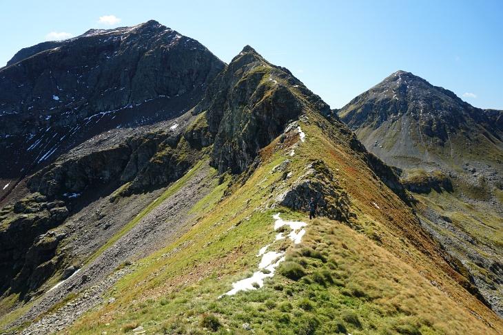 Nach der obligatorischen Würstel-Stärkung geht es am Gratverlauf bzw. westlich (rechts) davon hinauf zur Rotmandlspitze.