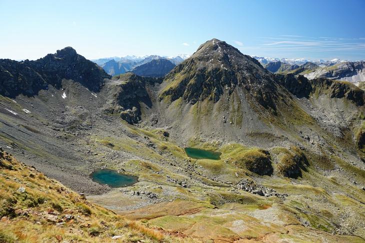 Unterwegs bieten sich weitere See-Blicke - wie z.B. zu den beiden Knappenseen unterhalb der Engelkarspitze.