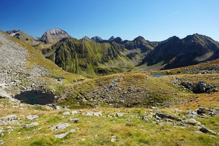 In der Krukeckscharte verlassen wir den markierten Wanderweg auch schon wieder und halten uns links. Ausblick auf Pietrach und Hochgolling.