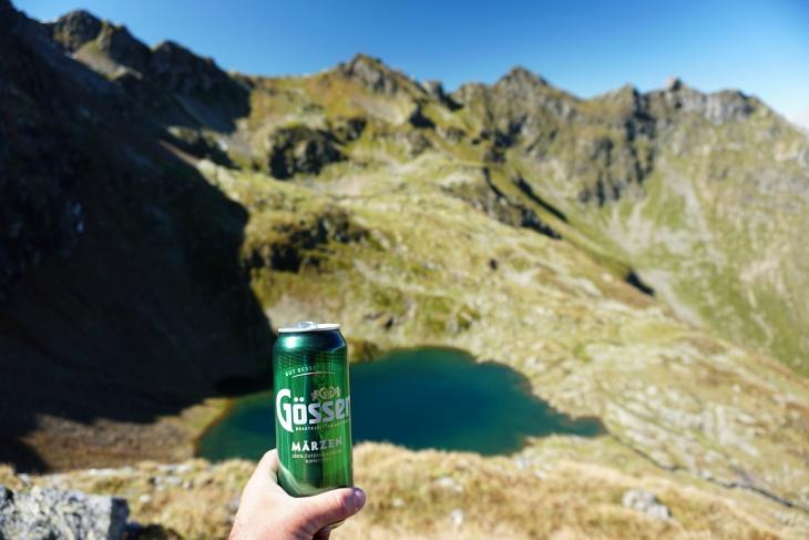 Variabel bei den Marken, aber konstant beim Getränk. Unter uns der Buckelkarsee, darüber die Grobfeldspitze.