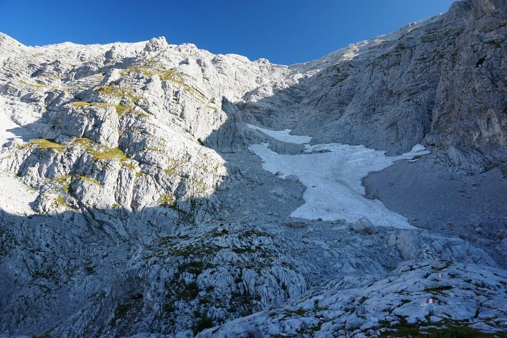 Der Aufstieg über die Schneeloch-Route verläuft im linken Bildbereich über die teils grünen Terrassen.