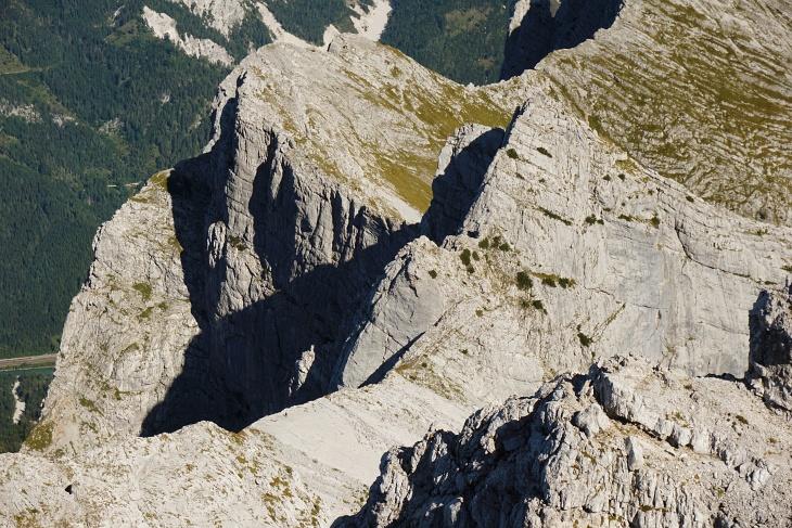 Tiefblick zum Dachlgrat, der gerade von einem Bergsteiger (winziges Pünktchen) überschritten wird.