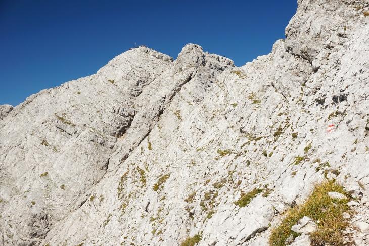 Blick zurück zum Gipfel. Der Josefinensteig verläuft durch diese Felsflanke.