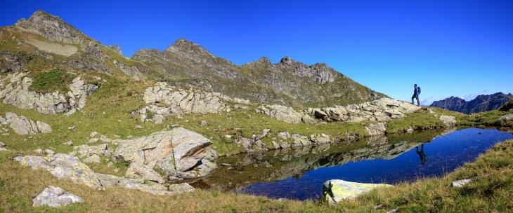 Panoramablick bei einer Lacke in der Nähe der Buckelkarseen: Von der Grobfeldspitze über die Giglachalmspitze zu den Murspitzen. Wie bereits erwähnt: AlpenYeti durfte den fotogeneren Rucksack von Martin ausleihen (Foto Martin Huber)