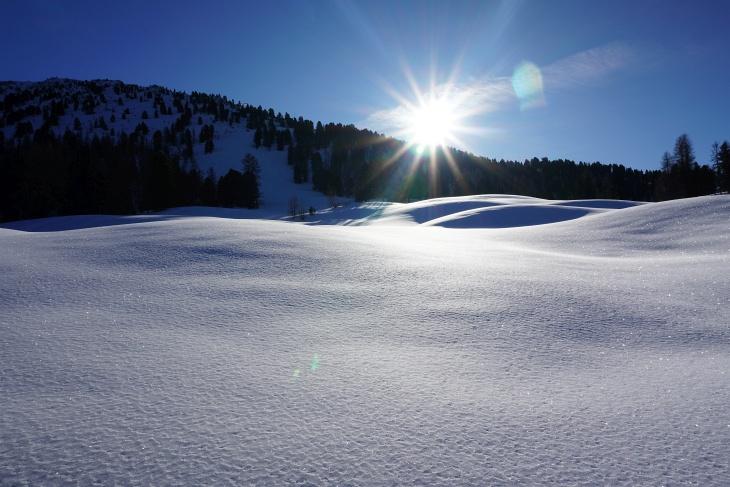 ... und im herrlichen Pulverschnee, der schon Vorfreude auf die Abfahrt macht, zum Gipfel-Steilhang.