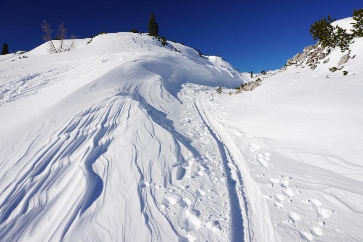 Der Wind hat faszinierende Schneeformationen gebildet.
