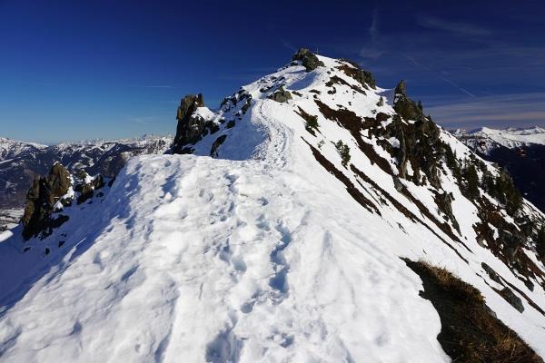 Pistentour und doch keine Pistentour, da es so viele Ausweichmöglichkeiten in teilweise sogar noch unberührten Pulverschnee gibt. Und mit der Hirschkarspitze gibt es sogar ein recht einfach erreichbares Gipfelziel.