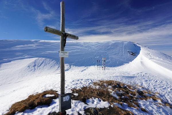 Fast 1.300 Höhenmeter sind es bis zum Gipfelkreuz auf der Schwarzwand. Fernab des Trubels des Schigebietes habe ich bei meiner ausgedehnten Pause den Gipfel ganz für mich allein.