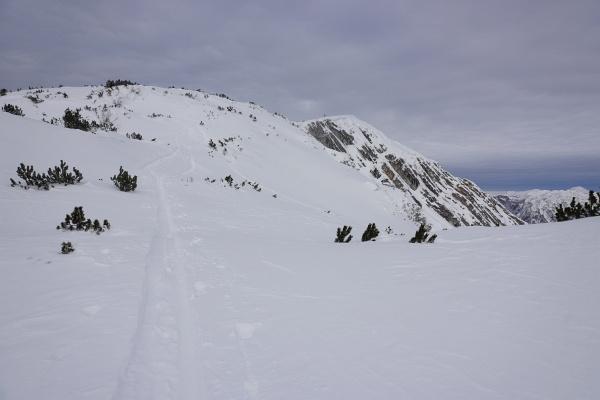 Auf der baumfreien Fläche zum Gipfelkreuz am Ausseer Zinken empfängt uns frostiger Wind. Auch zugezogen hat es mittlerweile.