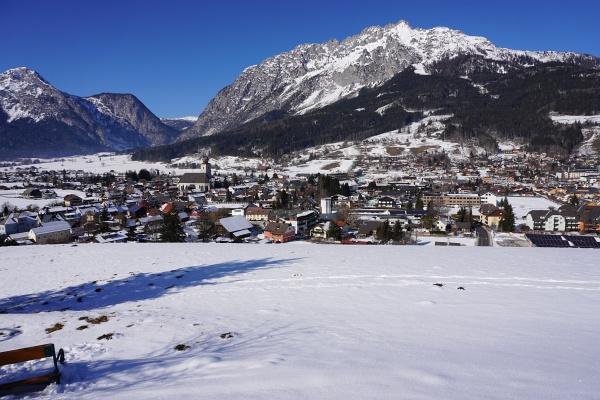 Abstieg nach Gröbming (dahinter der Kammspitz) und über Hofmanning geht es zurück nach Winkl am Fuße des Stoder (links)