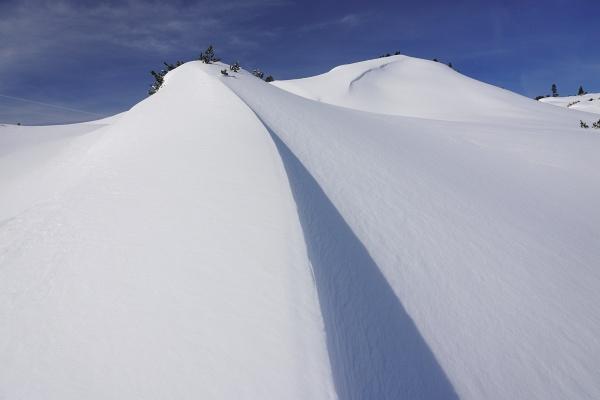 Der Wind hat für formidable Schneeformationen gesorgt.