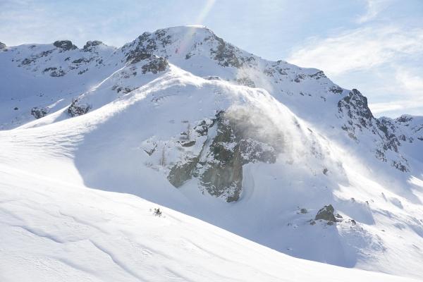 Starker Wind wirbelt Schneefahnen vom Hading und Freying herunter.
