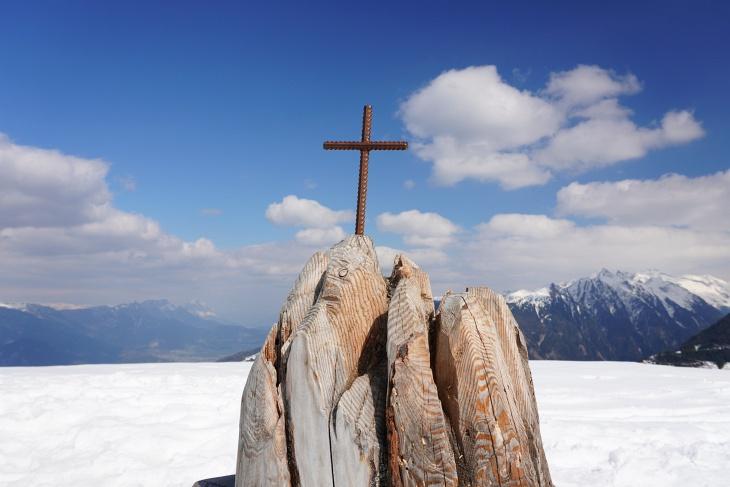 Beim kleinen Gipfelkreuz auf der Kleinen Hochwurzen