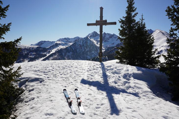 Das Skigebiet führt bis zum Planai-Gipfelkreuz