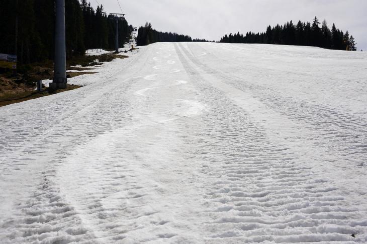 Der Schnee wird schmutziger, lässt sich aber oberhalb der Mittelstationen noch sehr gut befahren.
