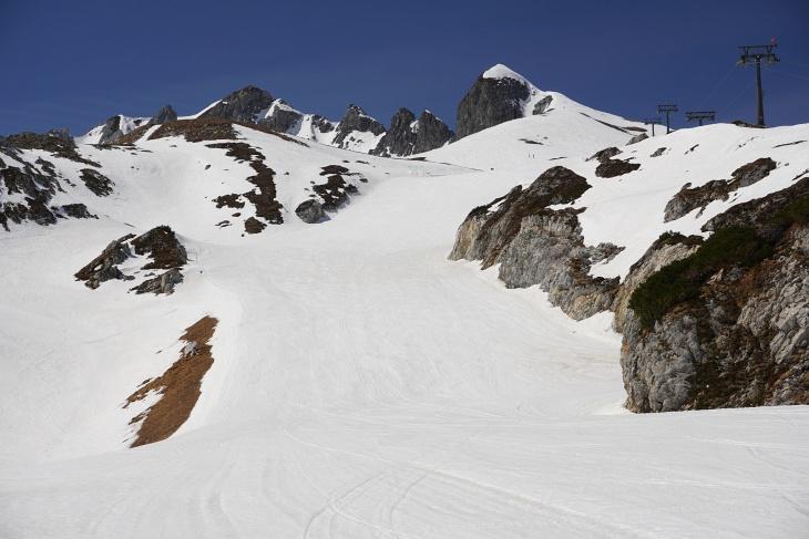 Aufstieg im nicht ganz einsamen Zehnerkar auf das markante Gamsspitzl (rechts)