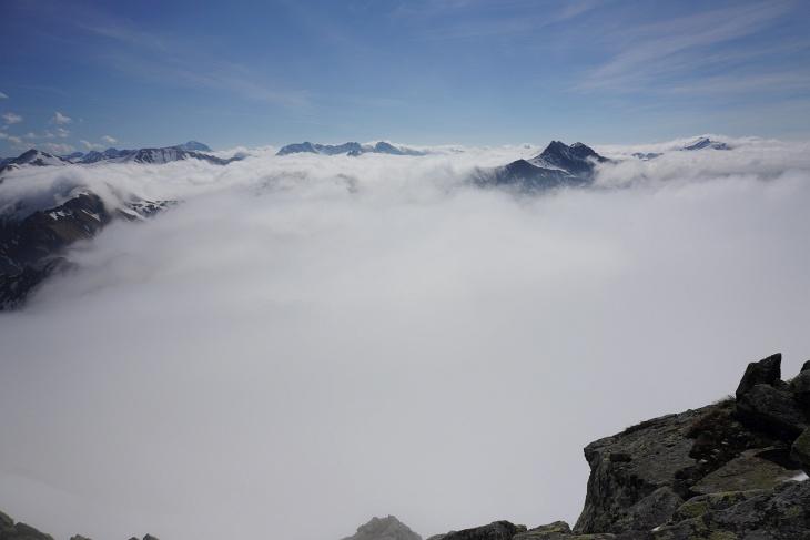 Nur die benachbarten Gipfel von Plattenspitze und Gamskarlspitze (rechts) überragen die Hochnebeldecke beim Ausblick von der Seekarspitze.