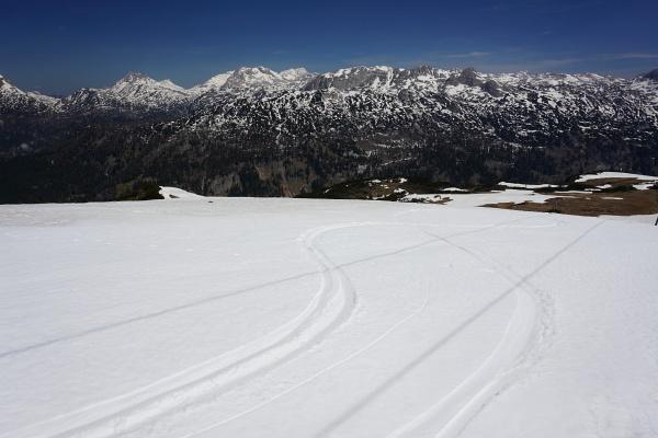 Blick über das Zentrale Tote Gebirge. Wir waren mit Bergschuhen unterwegs, auch einige Schneeschuhwanderer waren zu sehen und sogar ganz frische Schispuren waren erkennbar.
