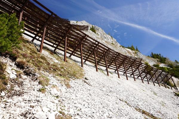 Aufstieg auf die Trisselwand über einen unmarkierten Steig auf der Südseite, vorbei an den Lawinenverbauungen ...