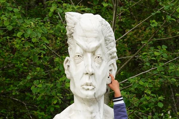 Und spätestens wenn die Kleinen im Skulpturenpark entdecken, in welche Körperöffnungen man den Finger überall hineinstecken kann, kommt man ohnehin nicht mehr weiter :-)
