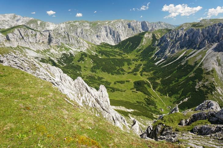 Tiefblick vom Fölzstein zum Fölzsattel (oberhalb der Bildmitte), von wo uns am Nachmittag der markierte Wanderweg zur Fölzalm (unten rechts) hinunter führen würde.