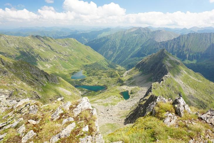 Haupt-Gipfelziel war aber natürlich das Gjoadeck, welches ich über den Südwestgrat ansteuerte. Abgestiegen bin ich dann Richtung Osten durch eine steile Rinne hinunter zum Grünsee (der mittlere der 3 Seen, links der Schwarzsee, die rechte Lacke hat in meinen Karten keinen Namen)