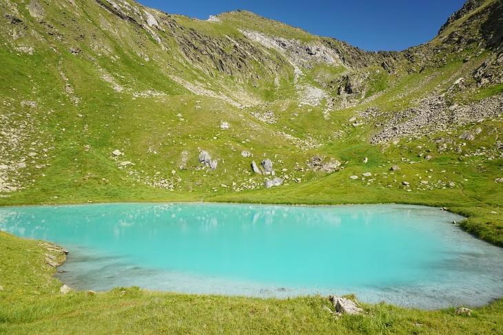 Vom Grünsee geht´s noch einmal fast 500 Höhenmeter hinauf zum recht neuen Gipfelkreuz am Mittereck. Hauptattraktion ist aber beim folgenden Abstieg zurück zur Tuchmoaralm der karibisch anmutende Seekarlsee.
