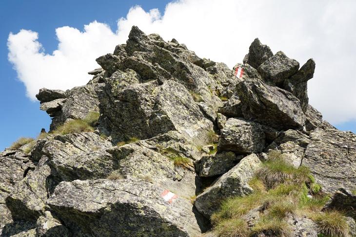In lustiger Turnerei am felsigen Südgrat zum Gipfelkreuz am Hochstubofen.