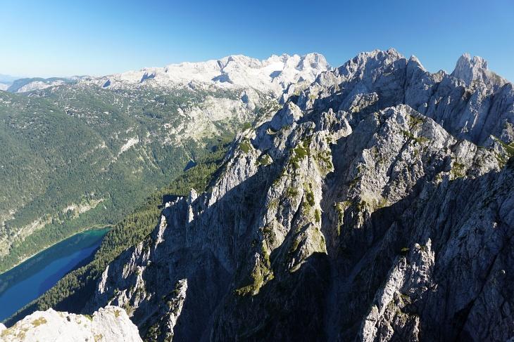 Gipfelblick vom Donnerkogel auf Gosausee, Dachstein und Bischofsmütze